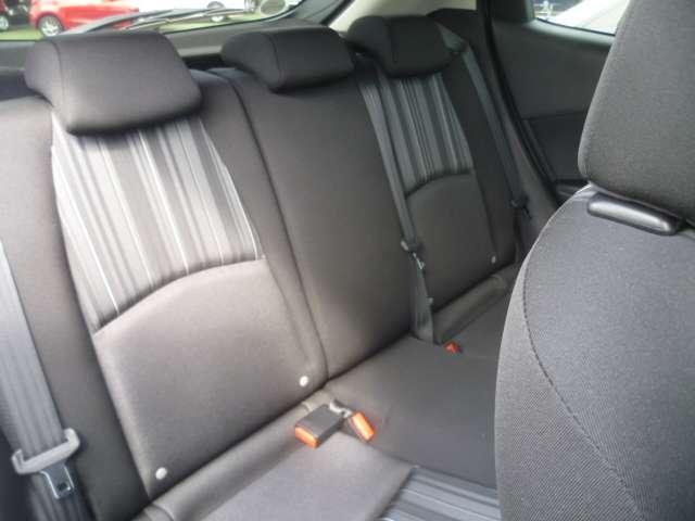 後席の足元にも余裕の有るスペースがあり、大人の方でもリラックスして座ってもらえます