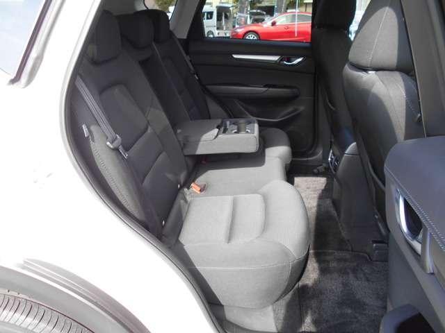 足元スペース・頭上スペースに余裕があり、ゆったりくつろげる後部シートです