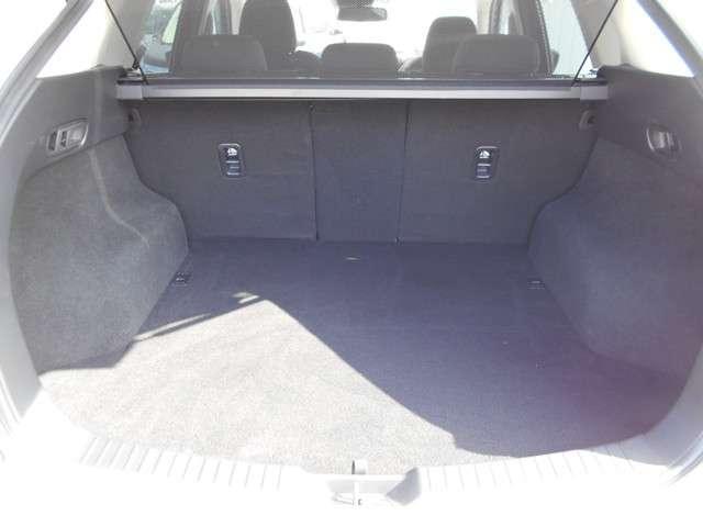 SUVとして必要十分なスペースを確保しています。2層構造のアンダートランクもありますので、見た目以上に収納力のあるラゲッジです。