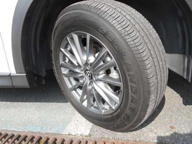 大型のSUVに良く似合う純正17インチアルミホイール。225/65R17サイズのタイヤです。
