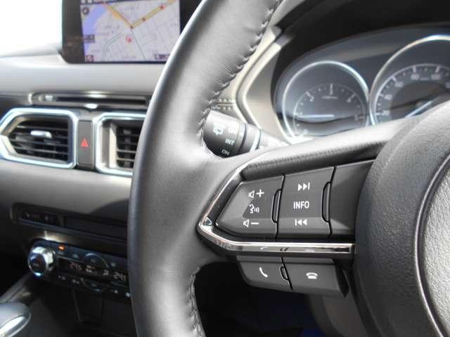 走行中のオーディオ操作は、ステアリングスイッチで可能です。