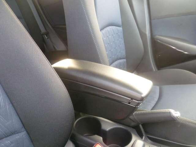 長時間運転などでリラックスして運転いただけるアームレスト装備