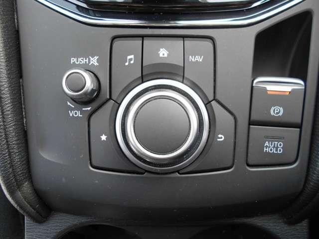 自在に操れるコマンダーコントロール、サイドブレーキは指先で操作が出来る電動タイプです