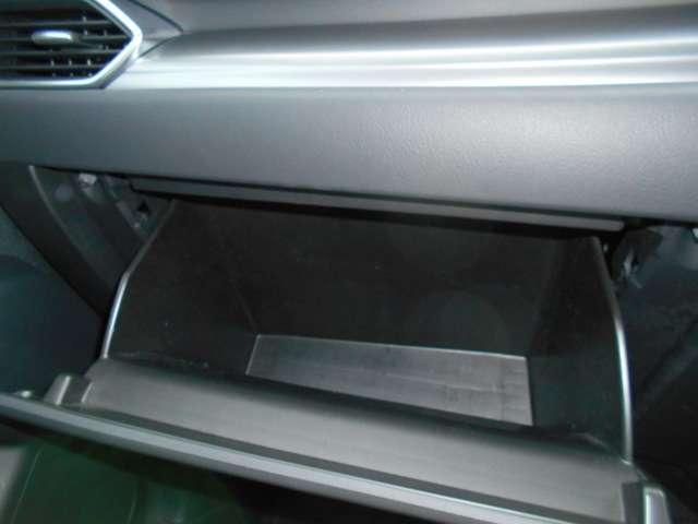 大型のグローブボックス装備車検証など沢山収納可能です