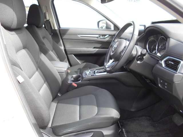ワイドなボディで、ゆったり広々とした室内空間♪こだわりのシートやペダルの配置で真っ直ぐな姿勢で疲れにくく、安全にドライブを楽しめます♪
