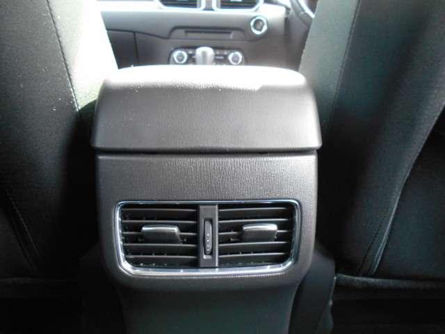 リア席でも快適装備のエアコン吹き出し口を装備
