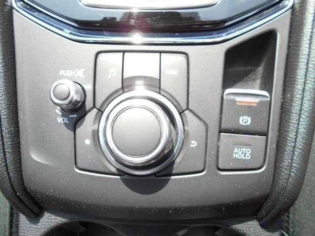 自在に操れるコマンダーコントロール、パーキングブレーキは指先で操作が出来る電動タイプです