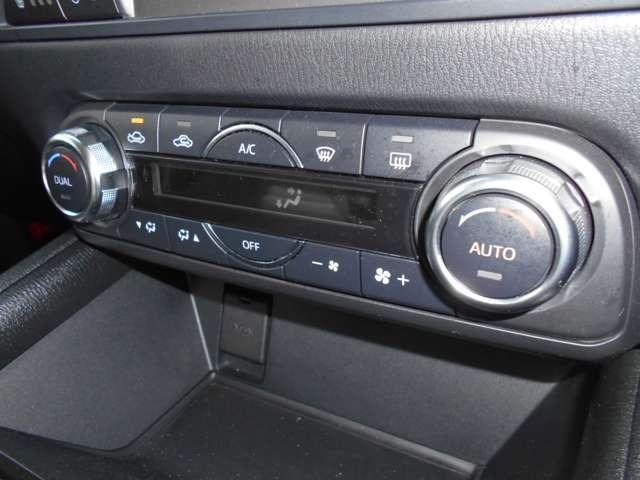 左右の席のエアコン温度を、個別に設定できる【デュアルタイプ】です◎ 暑がりの方は涼しく♪ 寒がりの方は暖かくしてお出かけ頂けます。