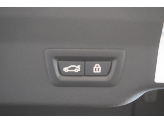 ライトはBMWの丸目4灯を強調するリングのイルミネーションで夜間雨天時でも快適に視野を照らします。点灯、消灯するオートライト機能付き。