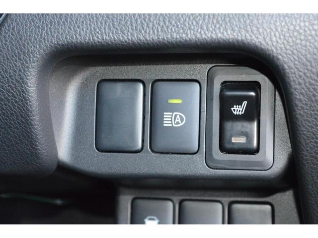 【衝突被害軽減ブレーキシステム】衝突の恐れがあると判断するとブザー音やメーター内の表示で警告、衝突の危険が高まると自動で強いブレーキをかけ衝突を回避、または衝突時の被害軽減を図ります。