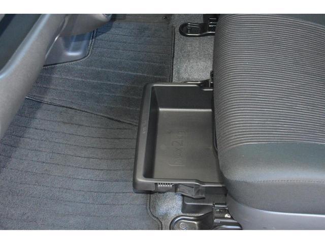 助手席のシートアンダートレイは前後どちら向きにでもセット可能!