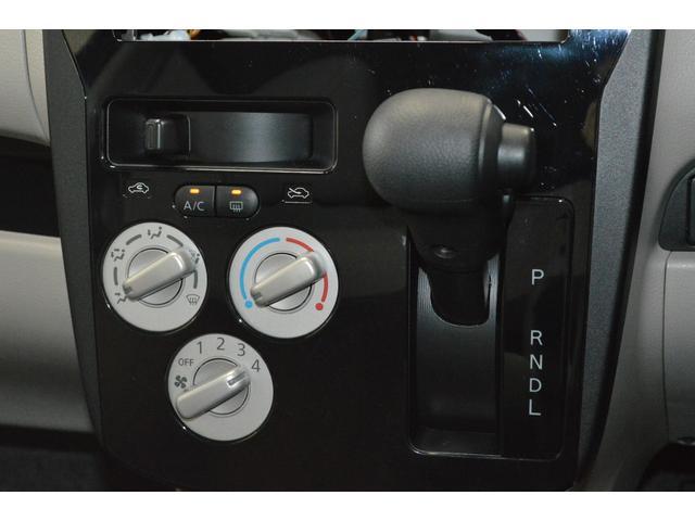 コンパクトに配置されたパネルシフトとエアコンスイッチ☆★操作カンタンで運転ラクラク♪パネルシフトのおかげで足元もヒロビロの快適空間◇◇