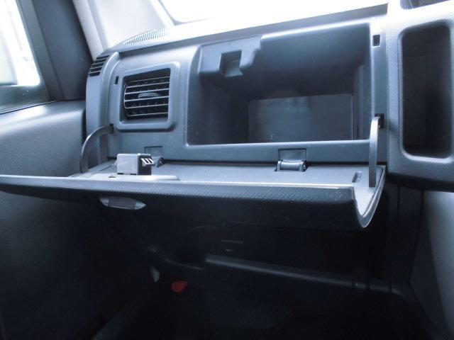 助手席にもしっかりと収納スペースを備えています!