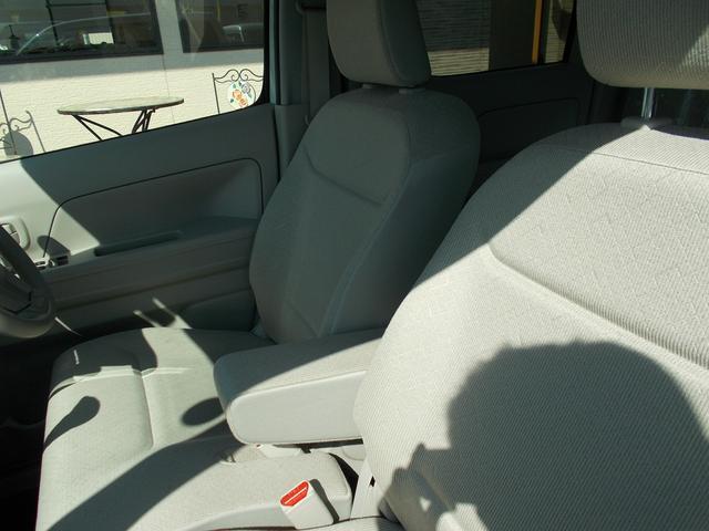 フロントシートにはアームレスト付いています。
