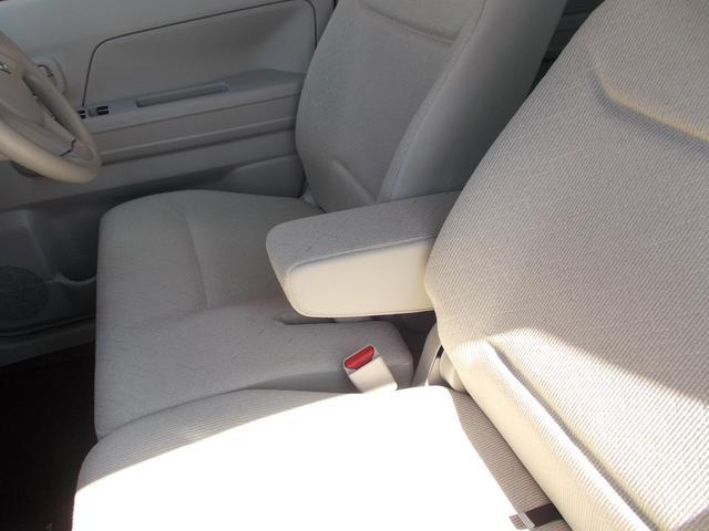 フロントシートにはアームレストついています。