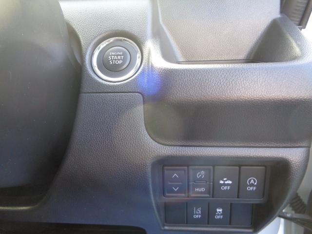 キーレスプッシュスタートシステムで、カギを取り出さずにエンジンの始動が可能です。安全装置関係のスイッチも操作しやすい位置に配置されています。
