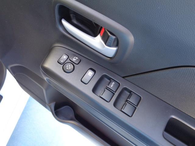 運転席ドアには全席のパワーウィンドウを操作するスイッチがあります。サイドミラーの開閉もボタン1つで可能です。
