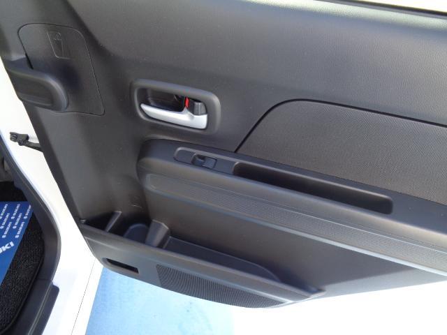 後席ドアには簡単な収納とアンブレラホルダーがついています。