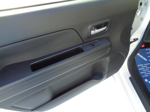助手席ドアにも簡単な収納がついてます。
