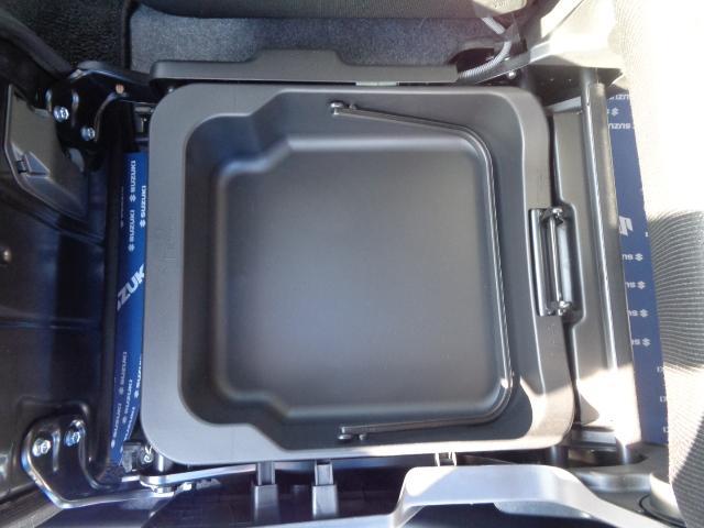 助手席下にはアンダーボックスがついてます。洗車道具や車検証等の収納にピッタリです。