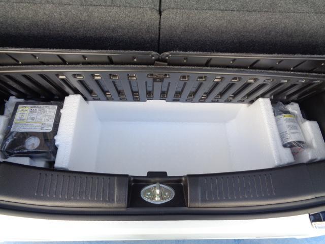 ラゲッジ下には、スペアタイヤの替わりとなる応急タイヤパンク修理キットも備え付けられています。