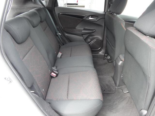 後席も膝まわりや足元、頭上までゆとりたっぷり♪長時間乗っても疲れない快適な空間です。