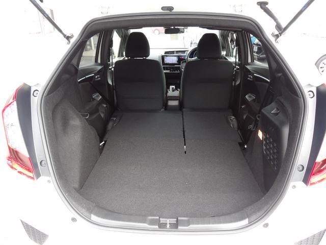 リヤシートを前に倒せば、ラゲージスペースがさらに拡大!長さや幅のある物も余裕で載せることができます。