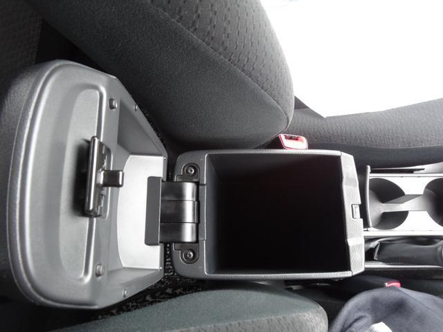 運転席・助手席のあいだには大型コンソールボックス。底が深いのでかさばるものもしまえて車内スッキリ!