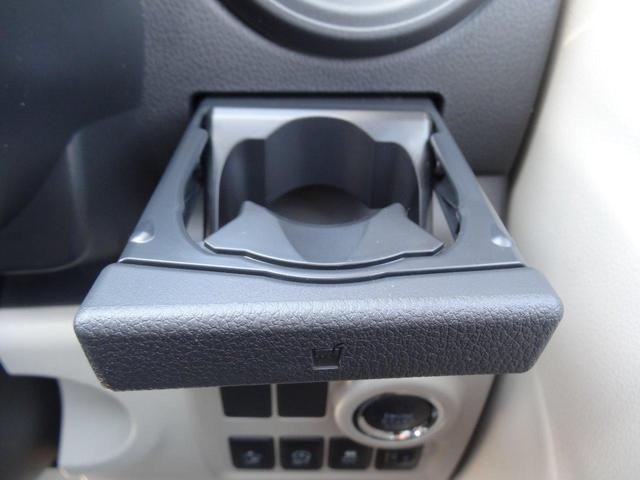使いやすい位置についた便利なカップホルダーです。