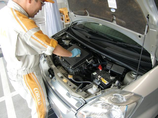 エンジンルームの樹脂パーツもつや出し剤を使って、ピカピカにしています。