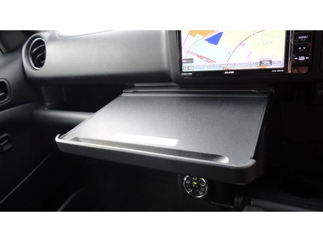 車内でのお仕事や休憩時間など、収納式のテーブルは重宝します。