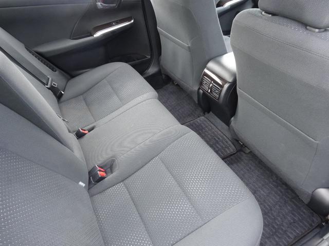後部座席もゆったりと座るスペースが確保できます。足元も広々としています。大人数でのお出かけでも会話が弾みますね!!