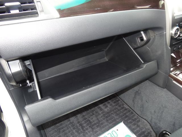 運転席から手の届く場所に収納スペースがこんなにたくさん!手早く出し入れが出来てスッキリしまえます。
