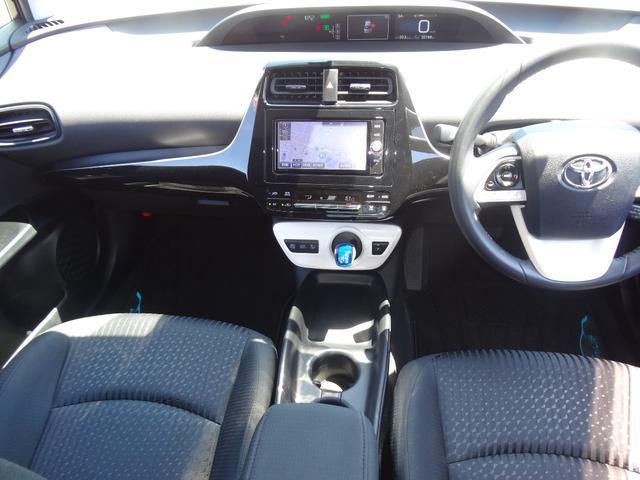 スッキリとしたデザインで上品な色使いの運転席周りです。居心地の良い運転席、長く座っていられるリラックスできるデザインがいいですね。