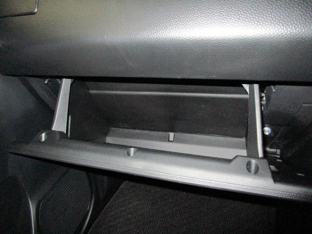 運転席からでも手の届く位置にある収納スペース。スッキリ整理整頓された車内は気持ちがいいですね♪