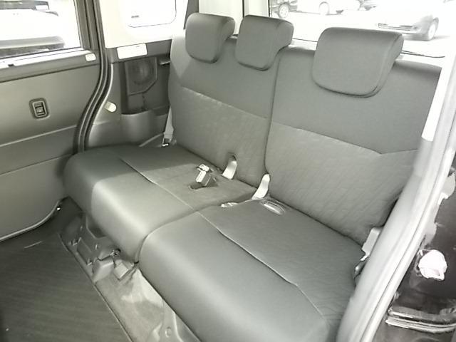 膝周りのスペースもしっかり確保されていてゆったりくつろげるセカンドシートです。