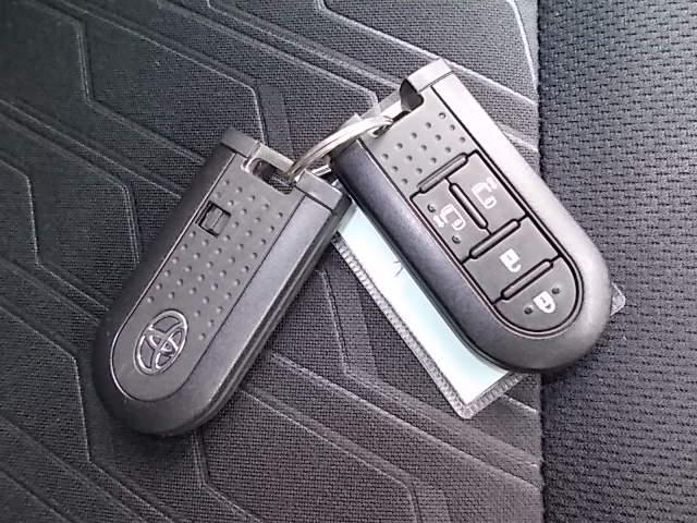スマートキーをポケットやバックに携帯していれば、ドアロックの解錠・施錠はドアハンドルの黒いスイッチを押すだけ!!とっても簡単で便利なアイテムです。