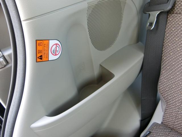 後部座席うち側にドリンク類収納できます!