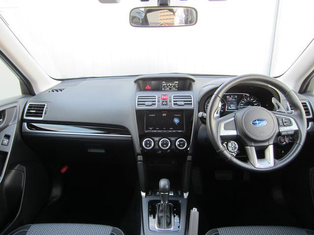 スイッチ、レバー等の操作系統は少ない視線移動で直感的に操作できるように配慮されていますので、ドライバーは運転操作に集中することができます。