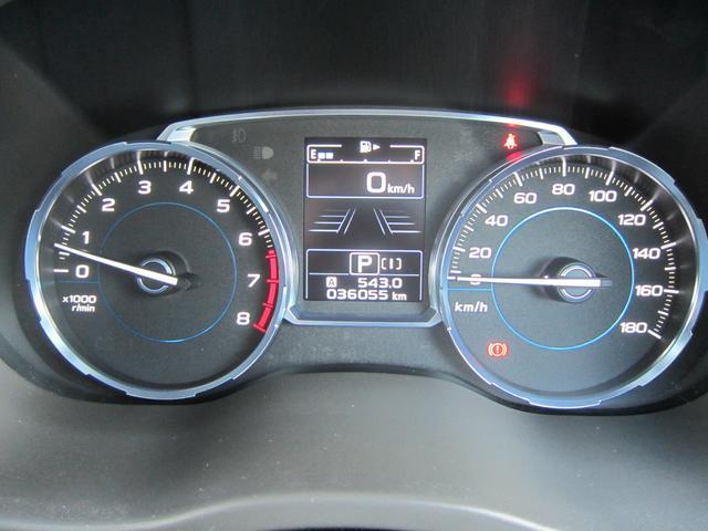 視認性のすぐれたメーター回り。中央には液晶ディスプレイを内蔵し、ドライビングの基本情報を表示します