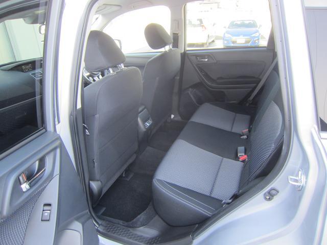ドア上方が大きく開くので、頭や身体が通りやすく、狭い駐車場などでもスムーズに乗降できます。また開口部も広いので、荷物やチャイルドシートの積み下ろしなどが楽に行えます。