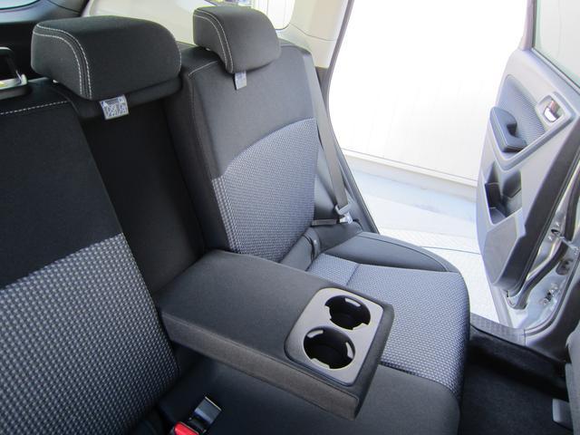 リアシートセンターアームレスト。2つのカップホルダーも装備し、後席に座る方もゆったり快適に過ごしていただくことができます