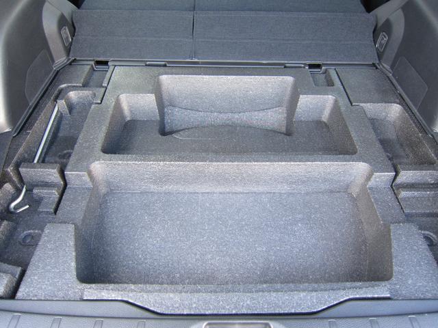 かさばる小物や汚れた荷物をスマートに収納できるサブトランクも装備しております。使う人のことを考え抜いた実用性を備えています。