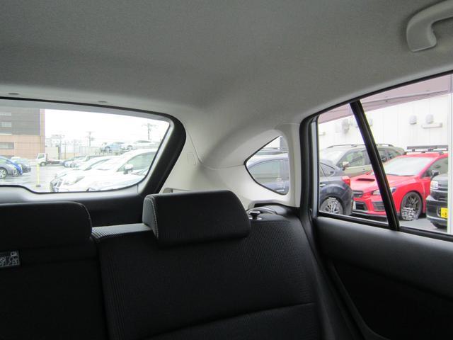 スバルは運転席から後方を振り向いた時の視認性にもこだわって設計しております。見切りも良く、安全確認も直接目視で安全運転してください。