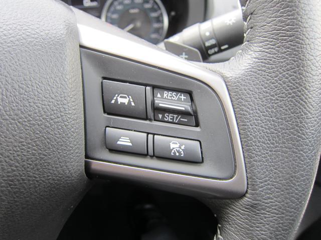 追従クルーズコントロールのスイッチ。高速道路にて先行車との車間を一定にキープするように、自動で加減速を行います。アクセルとブレーキの操作が軽減されますので、ロングドライブの疲労が軽減されます。