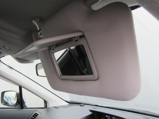 サンバイザーの内側にはバニティミラーを装備しております。クルマから降りる際には身だしなみのチェックも忘れずに!!