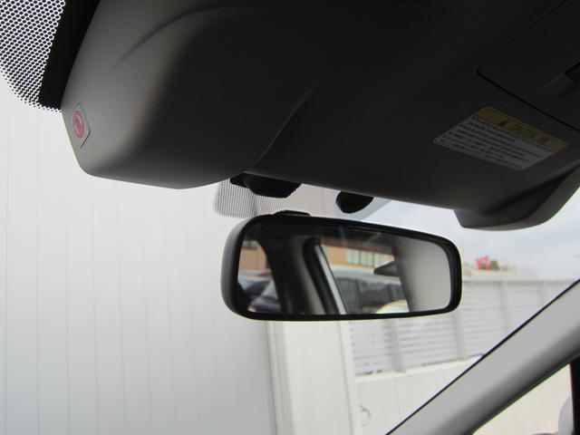 「アイサイト」とは?フロントガラスの上部に設置したステレオカメラで前方の障害物等を認識して必要な制御を行います。それによって、緊急ブレーキや追従クルーズコントロールなどを可能にします。