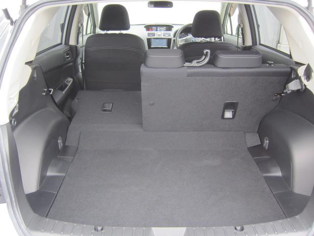 大きな荷物や長尺物を積みたいときは、6:4分割可倒式リヤシートによってカーゴルームを拡張することができます。