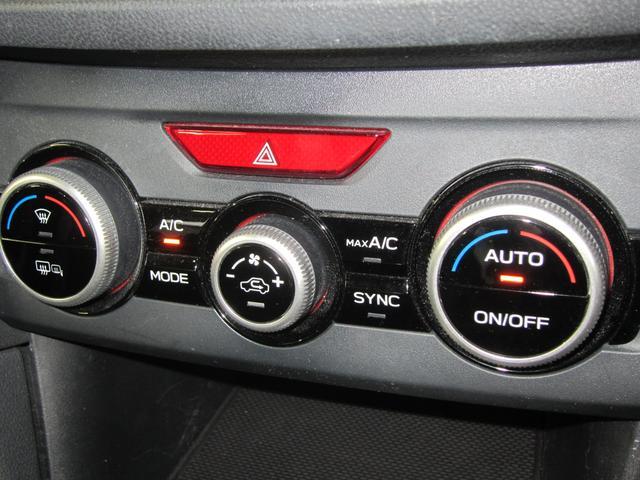エアコンスイッチまわり。左右独立温度調整機能付き。乗る人それぞれの体調や温感の違いに合わせて、運転席・助手席で別々の温度設定が可能です。