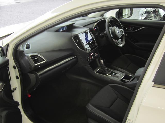 乗る人すべてが快適にドライブを愉しめることを目的に、ゆとりのある空間を確保しました。左右の席間や後席の膝まわりにも十分なスペースを確保。ロングドライブでもすべての人が心地よい時間を過ごせます。